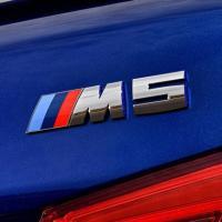 BMW純正F90 M5に装着の純正リアトランクエンブレムです。  安心高品質の純正品です。  本品は...