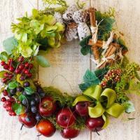 実りの収穫を鮮やかな赤やグリーンで生き生きとしたリースに表してみました。 りんごやベリー類、アジサ...