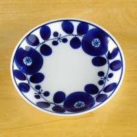 白山陶器を代表する人気シリーズ ブルームの11cmプレートです。  コバルトブルーで描かれた北欧風の...