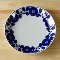 白山陶器を代表する人気シリーズ ブルームの19.5cmプレートです。 絵柄が2種類あり、こちらは「リ...