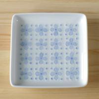 実用的でありながら斬新なデザインで人気の白山陶器のスクエアプレートです。  花の形に盛り上がった陶器...