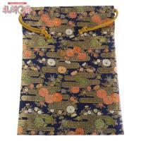 「金襴織物 巾着袋(中判サイズ) 紺地金襴 #6」は、豪華な金襴織物で作られた巾着袋です。サイズは(...