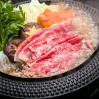 国産黒毛和牛モモ肉で食べるすき焼は、口の中で広がる赤身の柔らかい食感と旨味が魅力。 脂身、脂肪分も少...