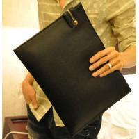 幅広く使えるシンプルなクラッチバッグです。  流行りのレザークラッチバックを持って、おしゃれ上級者を...