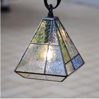 ■ 商品説明   本物のステンドガラスを使用した吊り金具付のガーデンライトです。 4角形の箱形で透明...