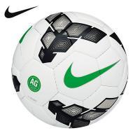 人工芝でのプレーに対応したナイキ AG デュロ サッカーボールは、汚れにくい手縫いのケーシングを採用...