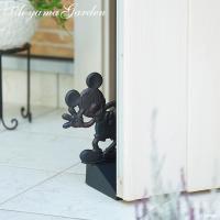 ミッキーがドアストッパーになって、お出迎えしてくれます。 両面にミッキーが彫られているので、反対側か...