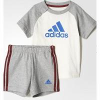 アディダスのビッグロゴデザインが男の子にぴったりの Tシャツとハーフパンツ上下セット。 トップスは、...