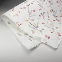 タイ北部の素朴な村で完全に手作業で作られている、手漉き和紙(サーペーパー)。日本の和紙が楮(コウゾ...