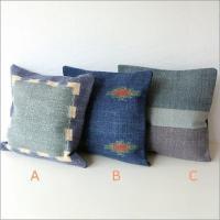 しっかりと織り上げた平織りのクッションカバー コットンの風合いとやわらかな色合い  布張りのソファー...