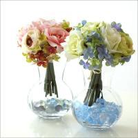 ホワイトとロゼのローズブーケと プックリした形のガラスベースのセット  ブーケは花束になっていて そ...