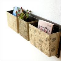壁掛タイプのラックは木製の板に スチール製のボックスが3個付いた シンプルな形です  レトロ風のボッ...