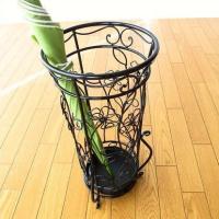 脚の支えが外に付いたデザイン  全体に花のモチーフがデザインされて 可愛いイメージで優しい傘立てです...
