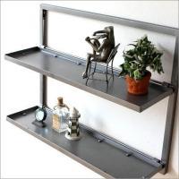 シンプルなデザインの アイアンのウォール棚です  棚はフラップ式で 鉄板のイメージが強く ワイルドで...