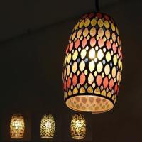 手作りモザイクガラスの吊下げランプです モザイクガラスのシェードは電球を通すと 温もりのある灯かりの...