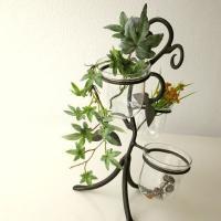 ガラスカップの付いたアイアンのスタンド  3個のカップには花やグリーンを飾ったり 小さなアクセサリー...