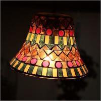 ベル型ガラスの外側に 小さくカットした モザイクガラスを張った 可愛い、ペンダントランプ  灯りを灯...