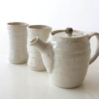 スリムタイプの湯のみとポットのセットです  白く、ほっこりとした雰囲気の茶器セットは ポットのつまみ...