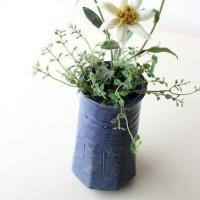 蒼のグラデーションが美しい花瓶 六角に削いだ円柱形で モダンな雰囲気です  チューリップなどの洋花も...