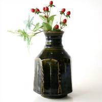 深い緑の織部の花瓶です 独特な色合いは ファンがとても多い 織部焼き。 さりげなくお庭の花を挿しても...