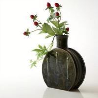 小ぶりなサイズの 可愛らしい水筒型の花入れです  織部のグリーンに三筋のアクセントがポイント  窯変...