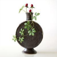 でんでん太鼓のような 丸い形の可愛い花入れです  小ぶりなサイズで 小さな棚や玄関などにお勧めです ...