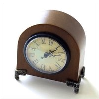 木製のかわいい時計 文字盤と針がとてもクラシックな感じに 仕上がっています  四隅に付いている金属の...
