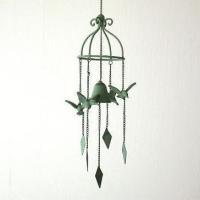 キャストアイアン製のベルは 鉄鈴のようないい音色です  ベランダやガーデンの軒下で 4羽の鳥が揺らぐ...