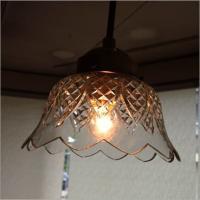手作りガラスの吊下げランプです  ガラスのシェードは電球を通すと 温もりのある灯かりの優しい空間にな...