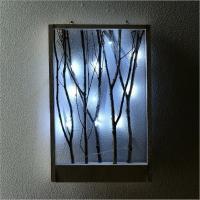 素朴な木のフレームに 小枝を入れた壁飾り 後ろに隠れた電池ボックスで LEDが光ります  枝にお気に...