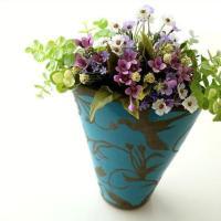 エキゾチックな花鳥風月柄 ブルーの個性的な色合いのベース  花を入れやすく 綺麗にまとまってくれる ...