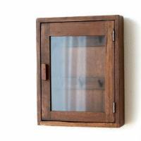 素朴でナチュラルなボックスは かべに掛けるタイプのキーケース  扉を開けると 木のフックが付いていて...