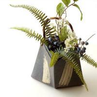 口を大きくひし形に開けた 蔓付きの花瓶です どっしりした趣きで棚や床の間など 和の空間にお薦めです ...