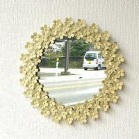 クリームホワイトの小花が廻りを埋め尽くした 可愛い壁掛けミラーです  アンティークなペイントを施し ...