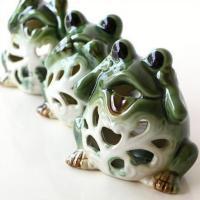 陶器のカエルさんが3匹 見ざる、言わざる、聞かざる・・・のカエルさん  キャンドルをセットして灯りを...