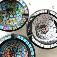一枚一枚張り合わせた、モザイクガラスの 綺麗な灰皿です  モザイクのカラーは3色 それぞれ個性的で ...