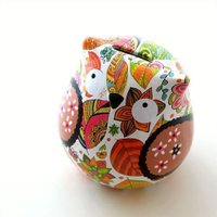 陶器製の貯金箱は カラフルなシールを張った ツヤツヤの可愛い置物です  カラフルな模様に 少し緊張ぎ...
