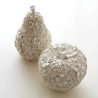 りんごと洋ナシの置物は 表面にぎっしりと 花の彫刻が表現されていて エレガントな雰囲気が漂っています...