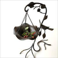 吊り下げ型の餌台が付いた アイアンのバードフィーダーです 小さなサイズで庭先やベランダで 何処にでも...