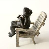 リラックスした表情やしぐさが可愛いカエルさん まるで木のように見える、椅子にのんびり座っています  ...
