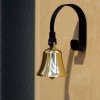 エントランスと玄関を 美しい音色で包む真鍮のベルです  リビングや2階にいても ベルで来客を察知でき...