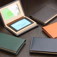 職人がつくる、日本製の高品質な牛革のパスケースです。 スマートにポケットに収まる二つ折りタイプ。 中...