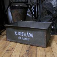 スウェーデンの郵便受けに使われてた収納ボックス風にデザインされた、ブリキ製収納ボックスです。使い古さ...