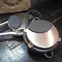 アルミ製の灰皿とカラビナが一体化したスタイリッシュな携帯灰皿です。ジーンズのベルト通しやカバンなどに...