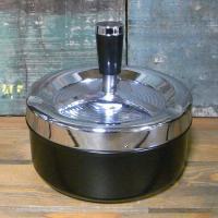 シンプルなプッシュ式の回転灰皿です。タバコの臭いも蓋があるので軽減されます。扱いやすさNo1の卓上灰...