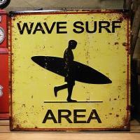 レトロなダメージ仕上げが施されたブリキ看板です。「wave surf area」の文字が書かれた雰囲...