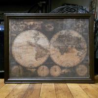 レトロ加工された世界地図が描かれた布を木製フレームに入れたインテリアピクチャーです。お部屋をレトロな...