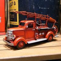 レトロなはしご車のブリキ製おもちゃです。細部にまでこだわった手作りの逸品です。  サイズ:高さ135...