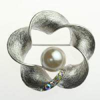 ■ ブローチの大きさ:4.4cm×4.7cm ■ メビウスの輪のようなフレームに直径3mmのクリスタ...