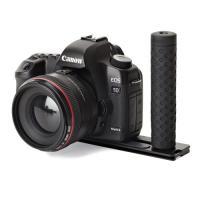 アルカスイス互換規格のプレートには、8個の1/4インチカメラネジ穴があるので、フラッシュ、マイク、ア...